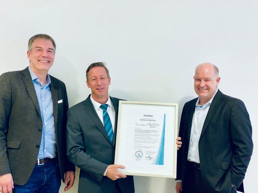 Unternehmensberatung Stoll zertifiziert comNET nach ISO 27001. Geschäftsführung von comNET Marc Peters (links) und Christian Gauger(rechts), sowie der Inhaber der Unternehmensberatung Stoll Matthias Stoll (Mitte)